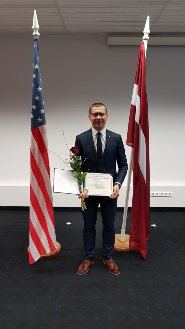 FIB Tieslietu atašeja birojs Rīgā pasniedz apbalvojumu par izcilu darbu Ģenerālprokuratūras Starptautiskās sadarbības nodaļas prokuroram Arturam Tomingam