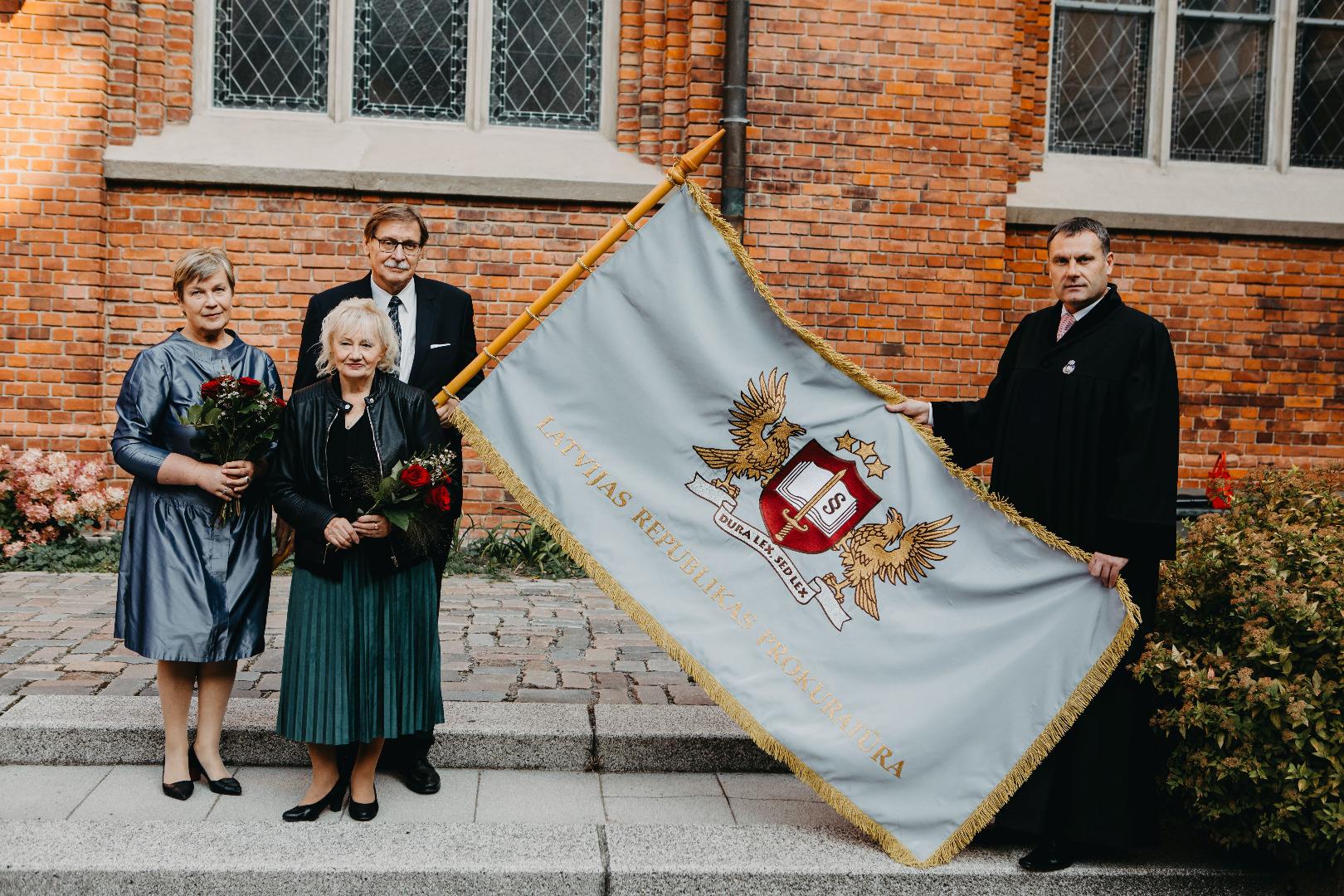 Prokuratūras ģerbonis un karogs